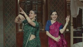 Mooie wijfjes in Sari die op Indische manier dansen stock footage