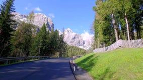 Mooie windende weg aan het dorp Calfosch in het Dolomiet in de lente stock video
