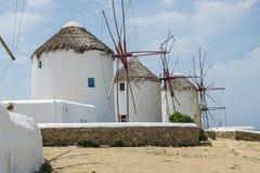 Mooie windmolens op Mykonos stock afbeeldingen