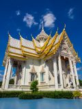 Mooie witte Bhuddhist-tempel royalty-vrije stock fotografie