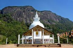 Mooie witte boeddhistische stupa op de manier aan de Piek van Adam ` s, Sri-La royalty-vrije stock afbeeldingen