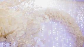 Mooie witte boog van bloemen bij de gebeurtenis Prachtig decor stock videobeelden