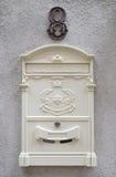 Mooie witte brievenbus Stock Fotografie