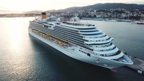 Mooie witte cruisevoering in de baai, satellietbeeld voorraad Schilderachtige mening van een haven, een overzeese kust en een gro stock videobeelden