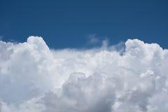 Mooie witte cumuluswolken op blauwe hemel Royalty-vrije Stock Afbeelding