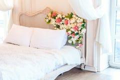 Mooie witte heldere schone binnenlandse slaapkamer in luxueuze barokke stijl Stock Afbeeldingen