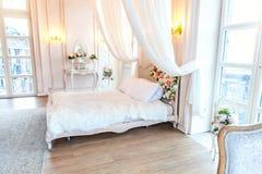 Mooie witte heldere schone binnenlandse slaapkamer in luxueuze barokke stijl Stock Fotografie