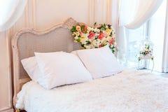 Mooie witte heldere schone binnenlandse slaapkamer in luxueuze barokke stijl Royalty-vrije Stock Afbeelding