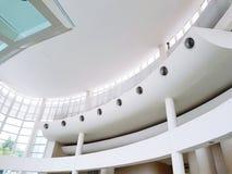 Mooie witte kromme binnen de bouw binnenlands ontworpen en Architectuurdetail bij plafondvloer royalty-vrije stock foto