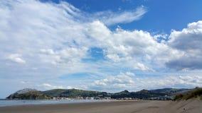 Mooie witte luchtwolken over strand in zonnige dag Stock Foto