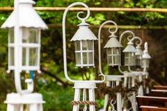 Mooie witte op een rij opgestelde lantaarns Stock Foto