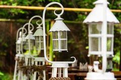 Mooie witte op een rij opgestelde lantaarns Royalty-vrije Stock Foto's