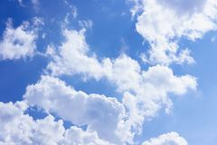 Mooie witte pluizige wolken in de blauwe hemeldag, wolkendag Het best voor achtergrond, samenvatting stock afbeeldingen