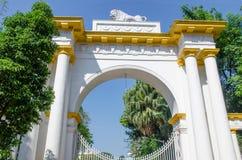 Mooie witte poort met een leeuw in Kolkat India royalty-vrije stock fotografie