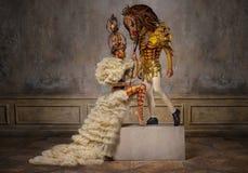 Mooie witte schaakkoningin met de mens in paardmasker Stock Foto's