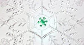 Mooie witte sneeuwvlokachtergrond met kleine groene sneeuwvlok stock fotografie