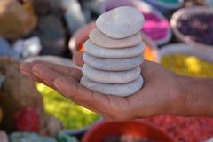 Mooie witte stenen pebbels ter beschikking achtergrond Royalty-vrije Stock Afbeeldingen