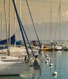 Mooie witte varende botenatâVeytaux haven op het meer van Genève  Stock Fotografie