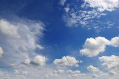 Mooie witte wolken in de donkerblauwe hemel Stock Afbeeldingen