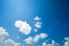 Mooie witte wolken met blauwe hemelachtergrond royalty-vrije stock foto