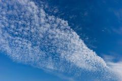 Mooie witte wolken met blauwe hemelachtergrond stock foto's