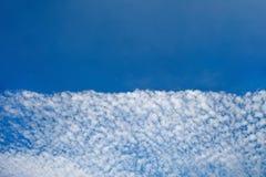 Mooie witte wolken met blauwe hemelachtergrond royalty-vrije stock fotografie