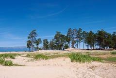 Mooie witte zandige kust van Meer Baikal stock foto's