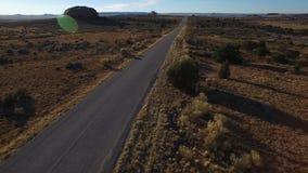 Mooie Woestijnweg in Utah - Hommel Luchthd Video die langs een bedekte weg vliegen stock footage