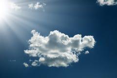 Mooie wolk in de hemel met zonnestraal royalty-vrije stock foto's