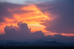 Mooie wolk tijdens zonsondergang Stock Foto's
