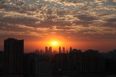 Mooie Wolken bij Zonsondergang met Moskee in Silhouet Stock Foto