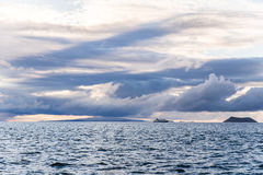 Mooie wolken bij zonsondergang over vreedzame oceaan stock foto's