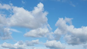 Mooie wolken in blauwe hemel Royalty-vrije Stock Foto