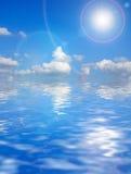Mooie wolken boven oceaanachtergrond Royalty-vrije Stock Afbeeldingen