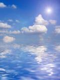 Mooie wolken boven oceaanachtergrond Royalty-vrije Stock Foto