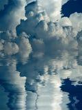 Mooie wolken boven oceaanachtergrond Stock Afbeeldingen