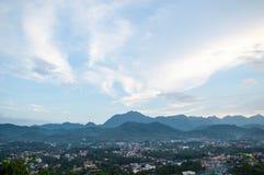 Mooie wolken bovenop de berg stock fotografie