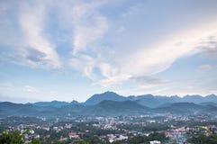 Mooie wolken bovenop de berg stock foto