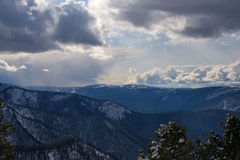 Mooie wolken in de heuvels Stock Foto