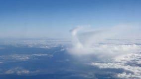 Mooie wolken door een vliegtuigvenster (LR Pan, Nr 3) stock footage