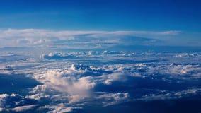 Mooie wolken door een vliegtuigvenster - RL-Pan stock videobeelden