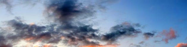 Mooie wolken en blauw hemelpanorama in hoge resolutie royalty-vrije stock fotografie