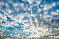 Mooie wolken en blauwe hemel royalty-vrije stock foto