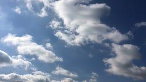 Mooie Wolken met Blauwe Hemelachtergrond Hemel met het blauw van de de aardwolk van het wolkenweer Blauwe hemel met wolken en zon stock videobeelden