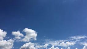 Mooie Wolken met Blauwe Hemelachtergrond Hemel met het blauw van de de aardwolk van het wolkenweer Blauwe hemel met wolken en zon stock video