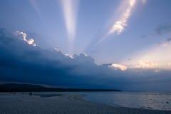 Mooie wolken met straal van zonlicht het breken door donkere clou Royalty-vrije Stock Afbeeldingen