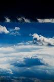 Mooie wolken op de blauwe hemel royalty-vrije stock foto's