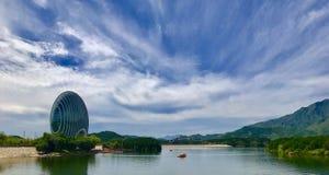 Mooie wolken op het meer stock fotografie
