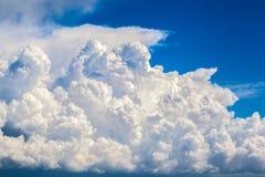 Mooie wolken over de blauwe hemel stock afbeelding