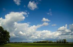 Mooie wolken over het gebied Stock Afbeeldingen